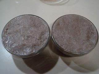 手沾凉水把面团放入小碗中按实抹平