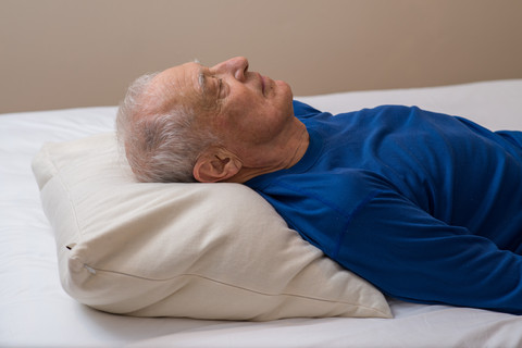 头后枕部枕在枕头的最高处,颈椎悬空