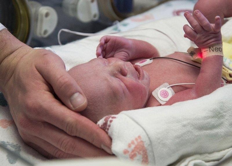 一名接受子宫移植手术的妇女生下了一个婴儿,这在美国是第一个。