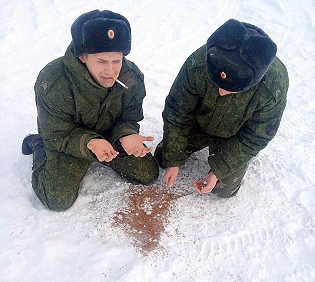 不是我的荞麦!两位身着军装的人假装哭打翻的荞麦在雪中