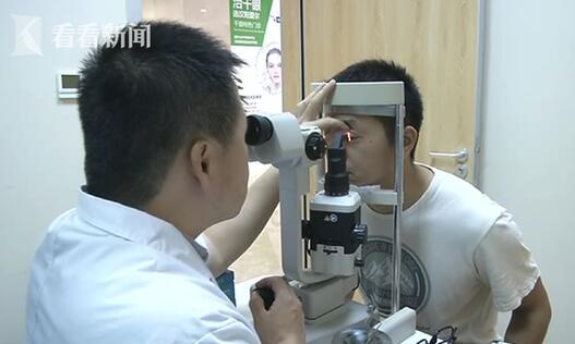 医生通过电子显微镜在徐先生的眼睫毛内发现了大量寄生的螨虫