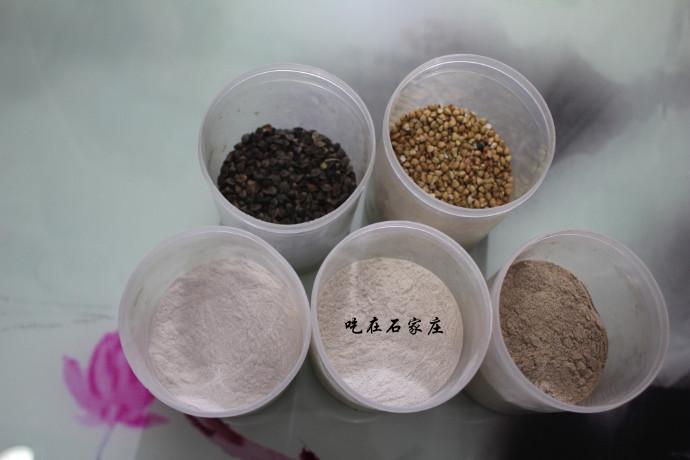 (依次是荞麦到面的几种状态,右下角是第三遍磨出来的)