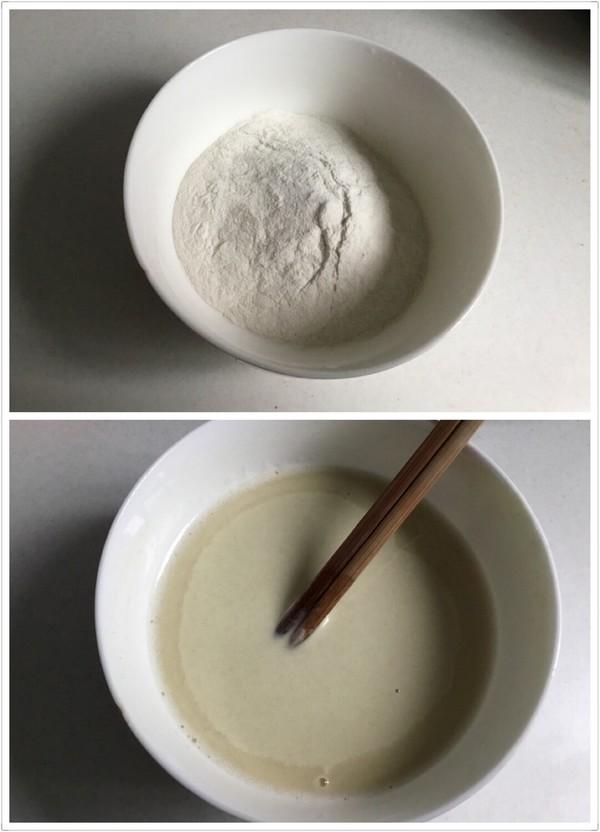 把面放在碗里,然后倒入水、边倒水边搅动,搅至半稠半稀的糊状为宜。
