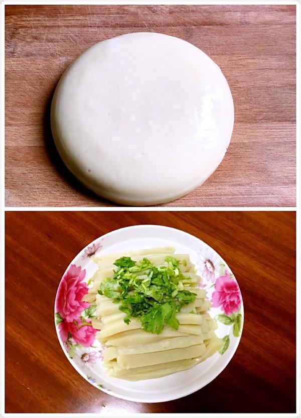凝固晾凉的苦荞粉、最好在冰箱冷藏一小时切盘吃口感更好。